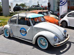 Desfile de vehículos clásicos por las calles de Cancún